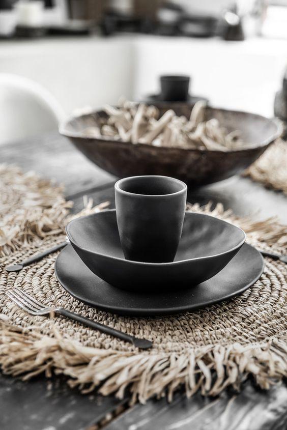 DIY set de table en raphia vaisselle noire en grès