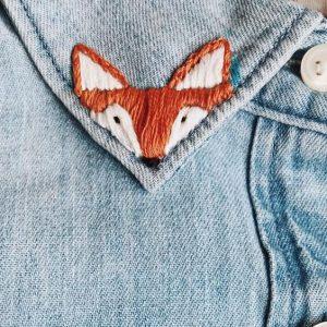 renard brodé sur col de chemise en jean