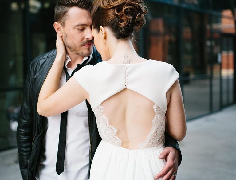 couple mariage robe de mariée rock dos nu