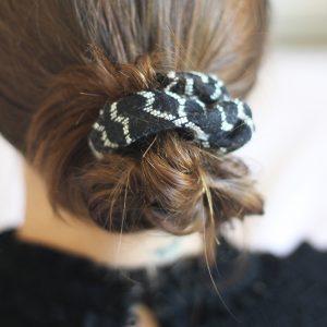 élastique chouchou cousu au motif ethnique dans les cheveux en chignon